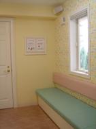 診察時間内にも予防接種、健診をおこなうため、専用の待合室をご用意いたしました。受付窓口も専用になります。